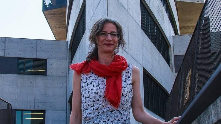 Marianne Bauer vor dem Behmen beim Bahnhof Aarau, wo das Kuratorium seine Büros hat.