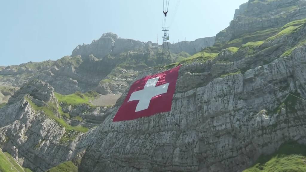 1. August: Grösste Schweizerfahne der Welt hängt am Säntis