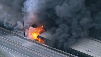 Das gewaltige Feuer auf der Autobahnbrücke in Atlanta aus der Luft.
