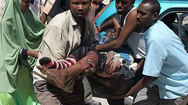 Ein Verwundeter wird in Mogadischu ins Spital getragen
