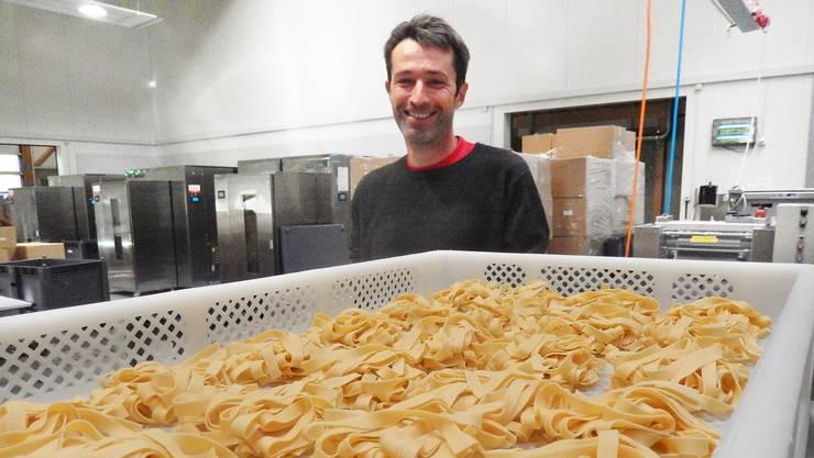 Marc Pergher, einer der beiden Geschäftsleiter der Solomania in Welschenrohr und die beliebteste Pasta aus seinem Haus: Die 9 mm Hartweizennudeln.