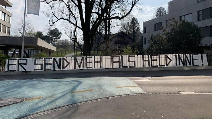 An einem Zaun in der Nähe steht «Er send meh als Heldinne!».