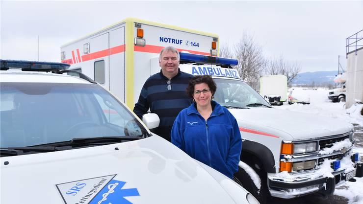 SRS-Geschäftsführer Andi Leutwyler mit Geschäftspartnerin Nadia Herger vor Einsatzfahrzeugen