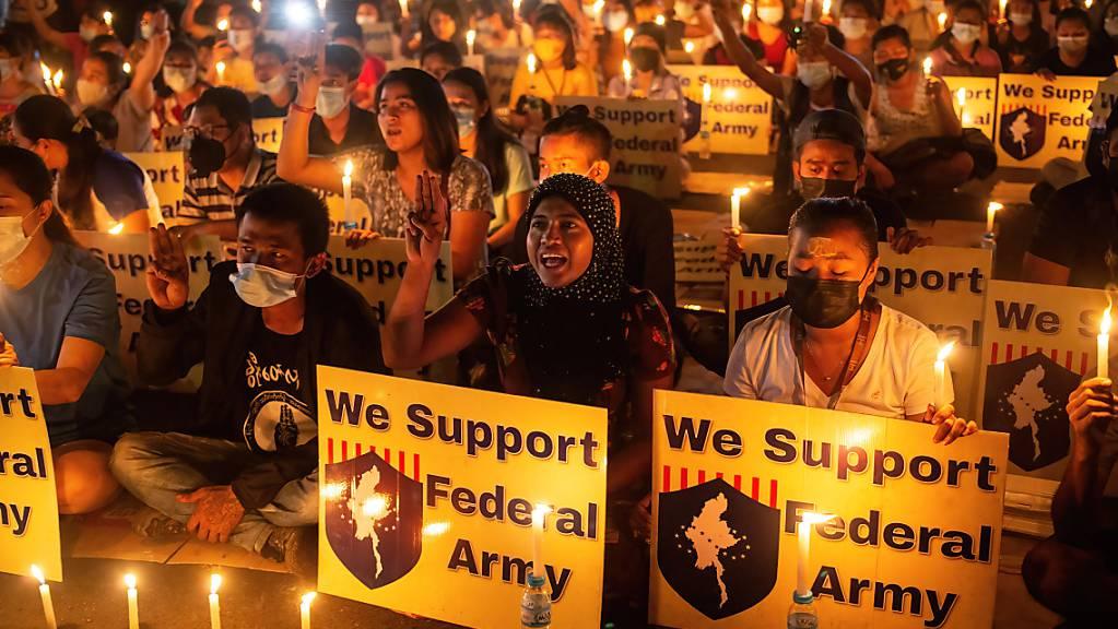 Demonstranten halten brennende Kerzen und Plakate mit der Aufschrift «We Support Federal Army». Nach neuen Schätzungen der Gefangenenhilfsorganisation AAPPP wurden seit dem Putsch vor zwei Monaten mindestens 543 Menschen getötet.