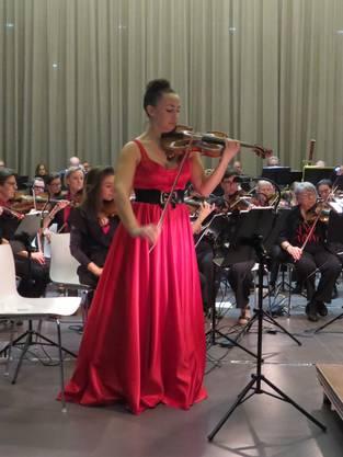 Der Orchesterverein Brugg (OVB) feierte mit dem Jubiläumskonzert «Cinema» seine 200-jährige Vereinsgeschichte. Zusammen mit der Stadtmusik Brugg entstand ein aussergewöhnliches musikalisches Fest. Konzertmeisterin Sonja Jungblut verzauberte das Publikum mit ihren Soli.