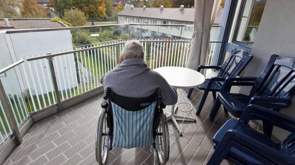 Wenn die Rente nicht die minimalen Lebenshaltungskosten deckt, besteht ein Anspruch auf Ergänzungsleistung (EL). Jeder sechste Rentenbezüger benötigt einen Zustupf. Altersheimbewohner und junge  IV-Bezüger haben den grössten Bedarf. (Symbolbild)