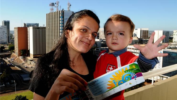 Sie sind bereits in Brasília und haben ihre Tickets: Joice Ribeiro und Sohn Joey aus Luterbach.