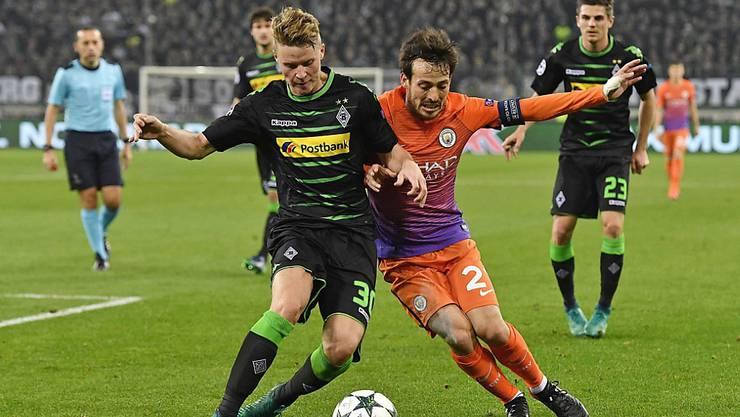 Nico Elvedi (links), hier im Duell mit Manchester Citys David Silva in der Champions-League-Gruppenphase, hat sich im Beckenbereich verletzt