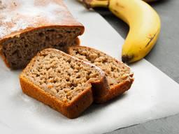 Zutaten450 g Bananen, geschält gewogen2 EL Zitronensaft½ TL Vanillepulver 1 Prise Salz1 Prise Nelkenpulver150 g Zucker braun2 Eier120 g Butter weich300 g Mehl1 TL BackpulverZubereitung Den Backofen auf 180 Grad vorheizen. Eine Cakeform von 30 cm Länge mit Butter ausstreichen. Teig Die Bananen in grobe Stücke schneiden und in eine Schüssel geben. Den Zitronensaft und das Vanillepulver, das Salz und das Nelkenpulver beifügen und die Bananenstücke mit einer Gabel zu Mus zerdrücken. In einer zweiten Schüssel den Zucker mit den Eiern 3 Minuten in der Maschine oder mit dem Handrührgerät aufschlagen. Dann die Butter beifügen und weitere 2 Minuten aufschlagen. Das Bananenmus unter die Ei-Butter- Masse rühren. Das Mehl mit dem Backpulver dazusieben. Die Teigmasse in die Cakeform füllen. Backen Ca. 75 Min. in der Mitte des vorgeheizten Ofens. Rezept: www.wildeisen.ch