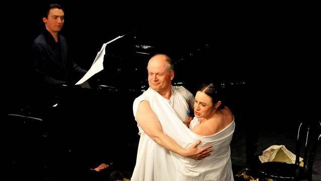 Till Krabbe und Sabine Fischmann überzeugten in «Ein Sommernachtstraum» mit der Verkörperung von rund 20 Rollen. Markus Neumeyer führte am Klavier durch die absurdesten Situationen.
