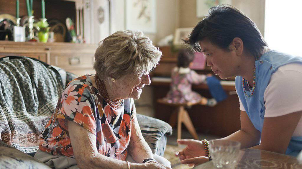 Eine Spitex-Mitarbeiterin kümmert sich um eine betagte Frau. Mehr als die Hälfte der über 65-Jährigen weltweit haben laut ILO keinen Zugang zu solcher Pflege.