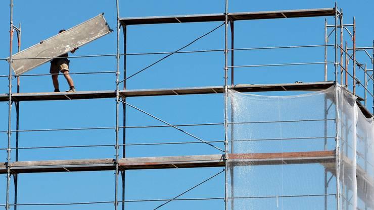 Gefährliche Höhe: Eine der häufigsten Ursachen für schwere Unfälle auf Baustellen sind Abstürze (Symbolbild).