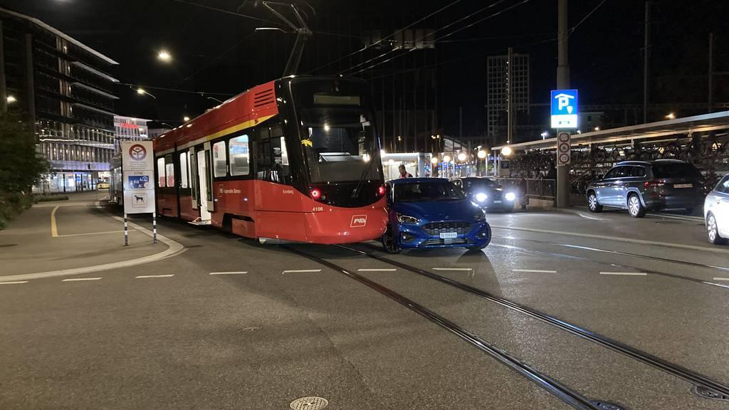 Appenzeller Bahn kollidiert auf Bahnhofplatz mit Auto