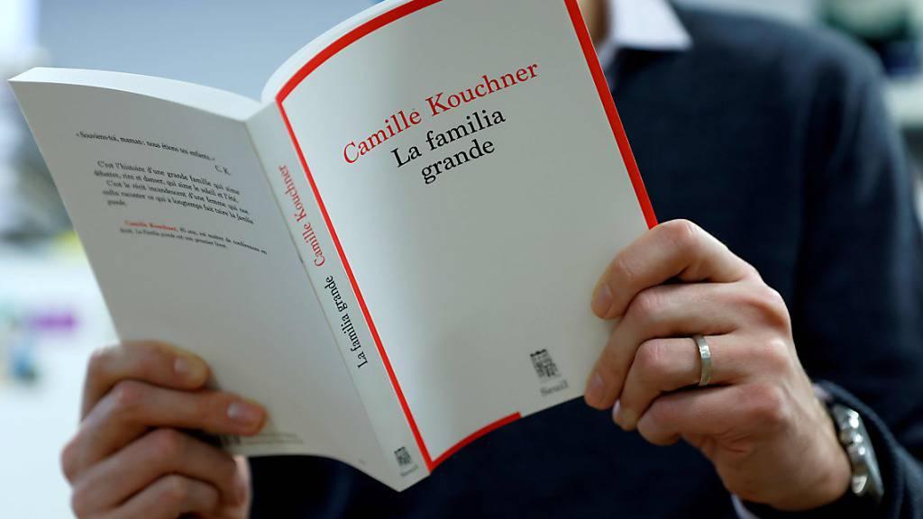 ARCHIV - Ein Mann liest das Buch «La Familia Grande» von Camille Kouchner. Foto: Thomas Samson/AFP/dpa