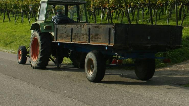 Traktor übersah Töfffahrer. (rahu/Symbolbild)