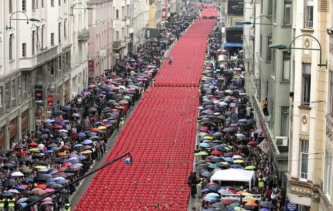 2012, die Hauptstrasse von Sarajevo. Eine Kerze für jedes Opfer des Krieges von 1992 bis 1995 in Bosnien.