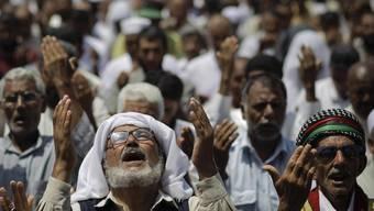 Libyer beim Freitagsgebet in der von den Rebellen gehaltenen Stadt Bengasi