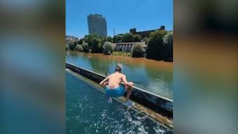 Andri Ragettli springt waghalsig in Zürcher Gewässer.