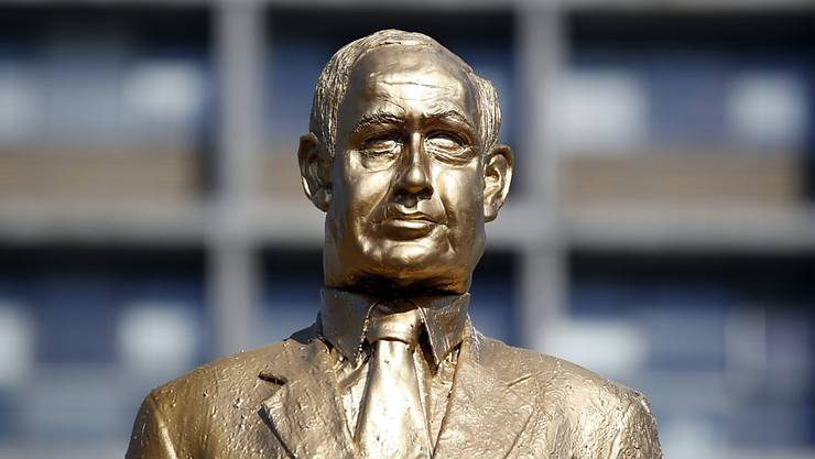 """Die goldfarbene Statue des israelischen Premiers Benjamin Netanyahu vor ihrem """"Sturz""""."""