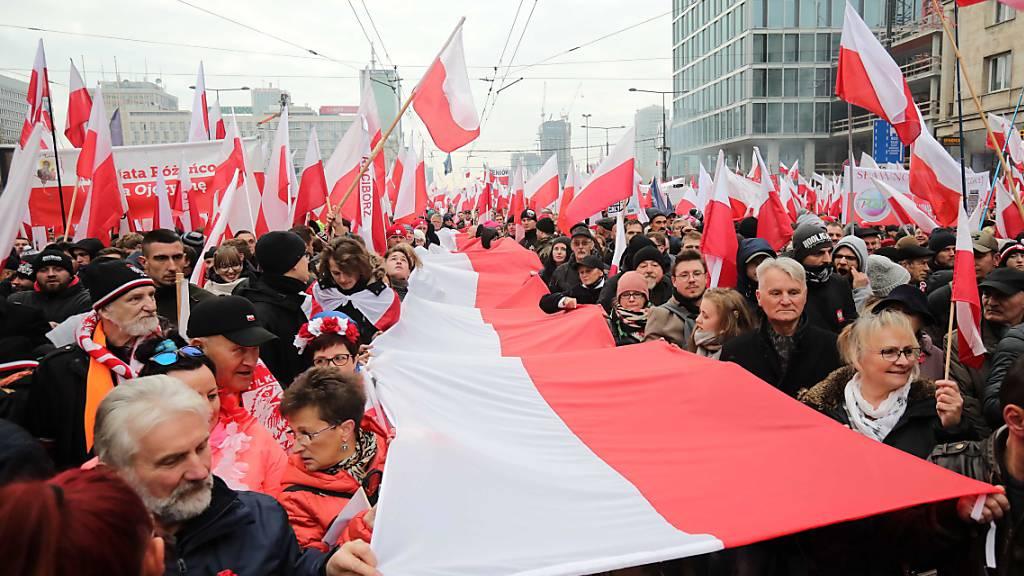 Seit zehn Jahren zelebriert die extreme Rechte Polens am 11. November der Marsch der Unabhängigkeit. Am Montag waren in der Hauptstadt Warschau wieder Zehntausende unterwegs.