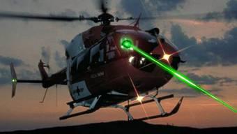 2009 registrierte das BAZL 40 Fälle von Laser-Attacken (Bildmontage)