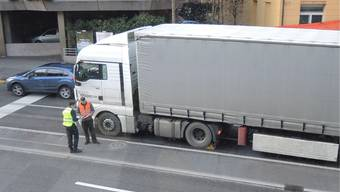 Der stehengebliebene Lastwagen. az