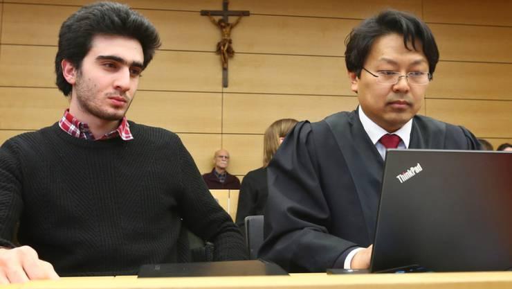 Der gegen Facebook unterlegene syrische Flüchtling (l) im Landgericht Würzburg (Bayern) neben seinem Rechtsanwalt.