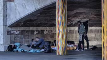 Bettler schlafen in Basel unter der Heuwaage-Unterführung