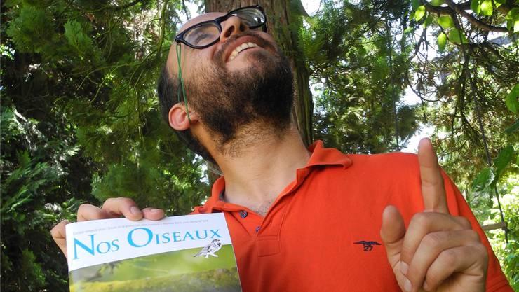 Boris Droz mit der Juni-Ausgabe der Zeitschrift «Nos Oiseaux», die über das Projekt berichtet hat.
