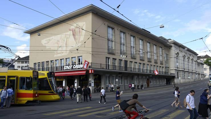 Der Musiksaal von 1876 (hinten) ist für seine Akustik berühmt, der Kopfbau (1939) ist in Basel unbeliebt.