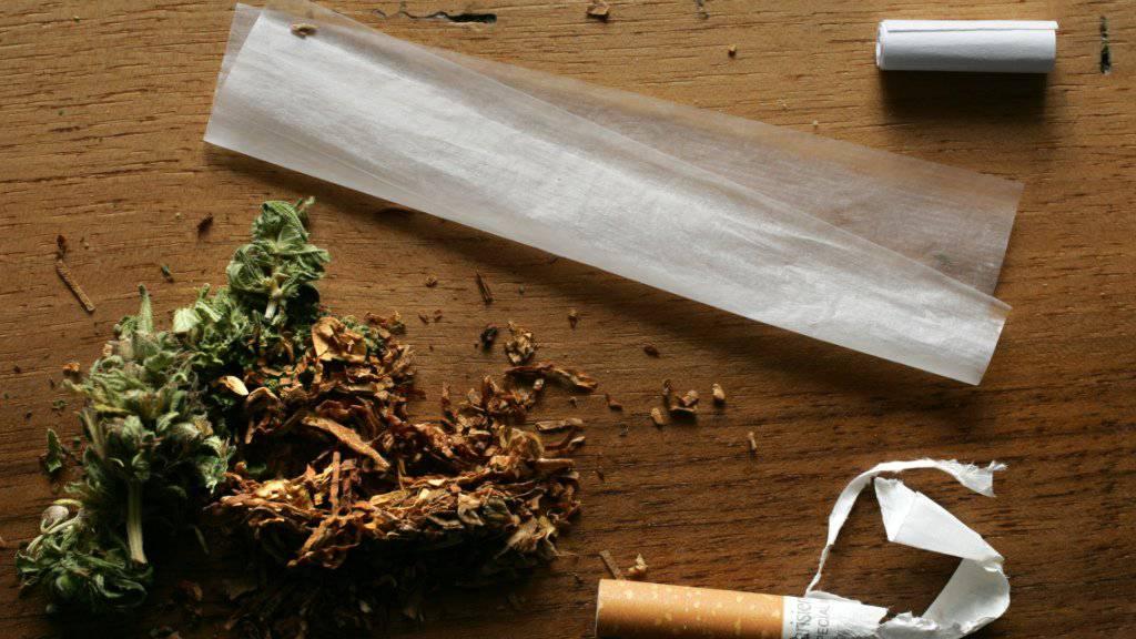 Wer geringe Mengen Cannabis in seiner Tasche mitträgt, wird in der Deutschschweiz künftig mehrheitlich von einer Busse verschont, nicht so in der Romandie. (Themenbild)
