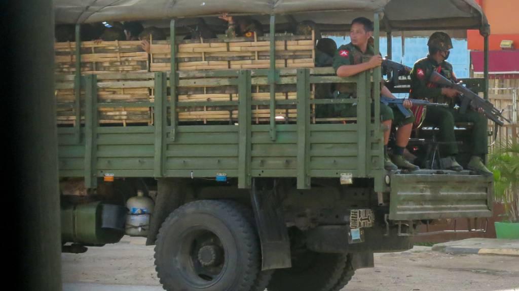 Militärische Truppen und Polizisten patrouillieren in Myanmar. Bei Zusammenstößen mit Soldaten der Militärjunta im Süden des Landes sind etwa zwanzig Zivilisten Medien zufolge getötet worden. Foto: Uncredited/AP/dpa