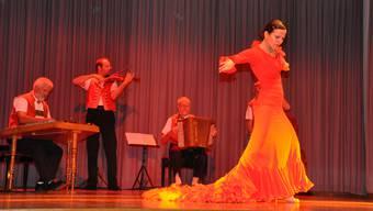 Walter Alder (v.l.), Christian Enzler, Willi Valotti und Köbi Schiess begleiten Bettina Castaño beim Flamenco. wym