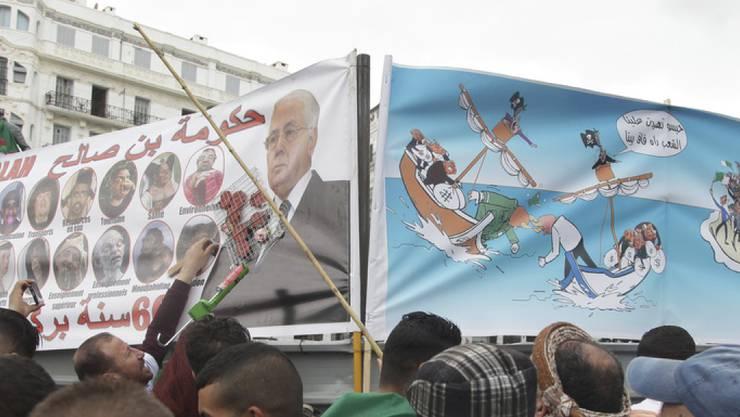 Demonstranten mit Transparenten am Freitag in Algier - die Proteste richten sich nun gegen die neuen Machthaber aus dem Umfeld des abgetretenen Präsidenten Bouteflika.