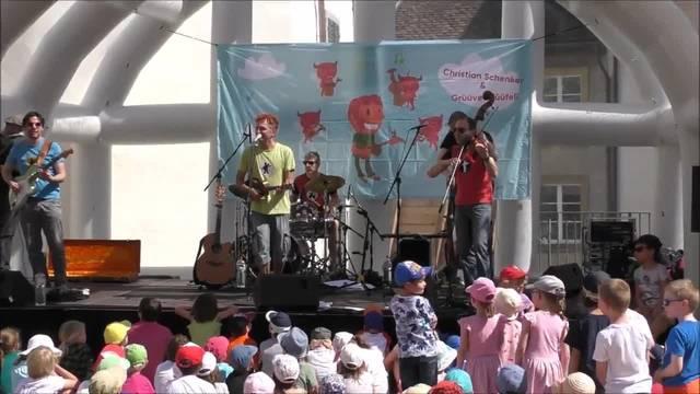 Christian Schenker sorgt bei den Kinder für gute Laune.