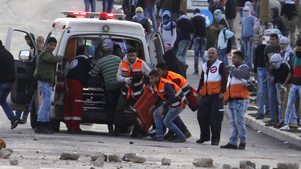 Bergung von Verletzten nahe von Ramallah