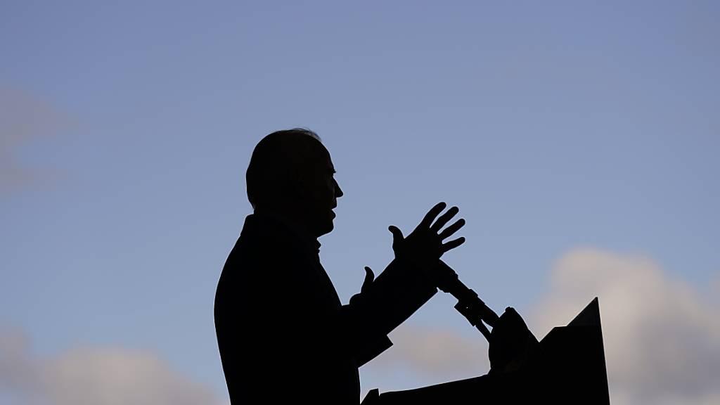 Joe Biden hält eine Rede auf dem Flughafen von Cleveland. Foto: Andrew Harnik/AP/dpa