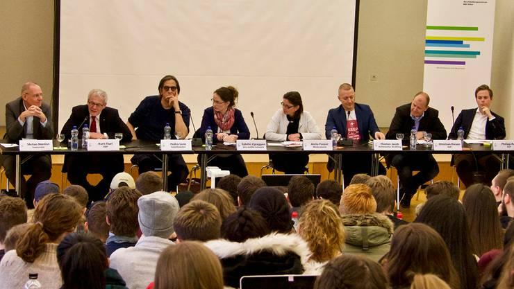 Befürworter und Gegner der «No Billag»-Initiative standen den Lernenden des BBZ Olten Red' und Antwort.
