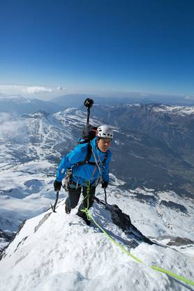 Dani Arnold aus dem Mammut Pro Team bei seiner Ankunft auf dem Gipfelgrat.