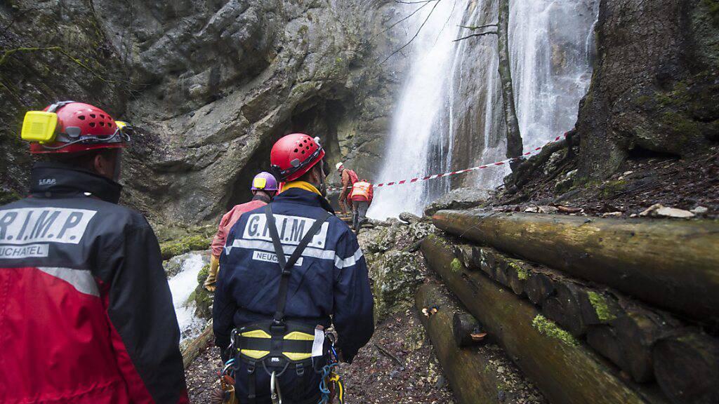 Ein 44-jähriger Höhlenforscher ist am Sonntag im Kanton Neuenburg tödlich verunglückt. (Symbolbild)