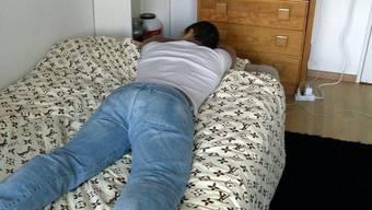 """""""Carlos"""" liegt 2013 in einer betreuten Wohnung auf dem Bett"""