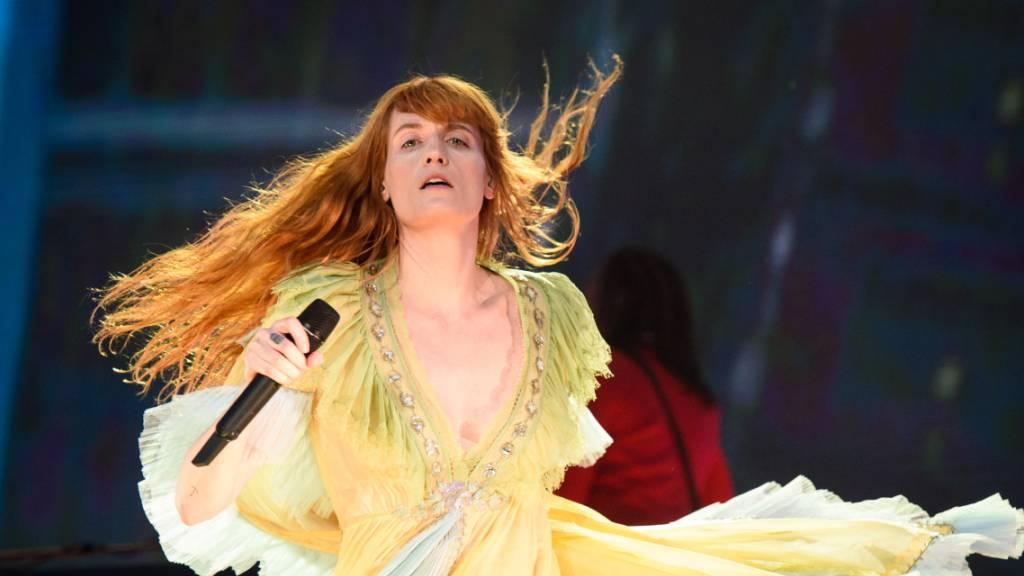 Rund 100 Jahre nach seiner Veröffentlichung wird der weltweit erfolgreiche Roman «Der grosse Gatsby» zum Broadway-Musical. Die Sängerin Florence Welch arbeite derzeit an der Musik, teilten die Veranstalter mit.