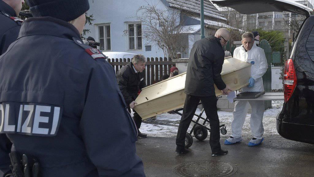 Abtransport der Opfer am Schauplatz der Tat in Perchtoldsdorf.