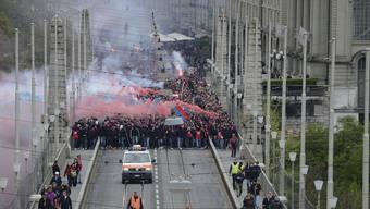 Die FCB-Fans auf der Kornhausbrücke in Bern im Jahr 2014 auf dem Weg ins Stade de Suisse zum Cupfinal gegen den FCZ.