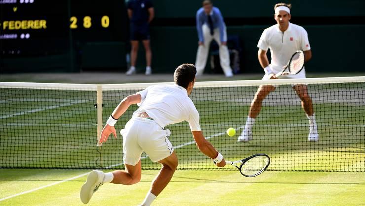 Ein packendes Duell über viele Stunden: Novak Djokovic (l.) und Roger Federer im Final von Wimbledon.