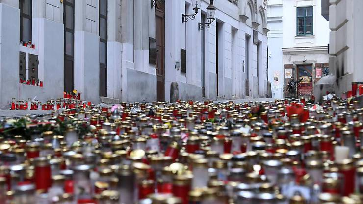 Kerzen und Blumen stehen als Gedenken an die Opfer des Terrorangriff am 2. November am Tatort in der Seitenstettengassen. Bei dem tödlichen Anschlag eines Islamisten sind vier Zivilisten getötet worden. Foto: Helmut Fohringer/APA/dpa
