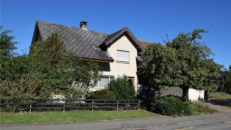 Der Gemeinderat möchte die Liegenschaft an der Ausserdorfstrasse 11 kaufen und als Asylunterkunft nutzen.Michael Hunziker