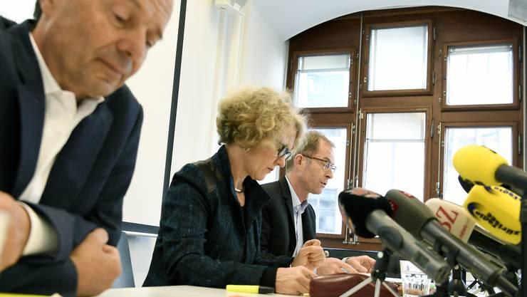 Der Zuercher Stadtrat Richard Wolff, links, spricht neben Stadtpraesidentin Corine Mauch, Mitte, und Stadtrat Daniel Leupi, rechts, an einer Medienkonferenz zu den Problemen rund um das umstrittene Koch-Areal in Zuerich