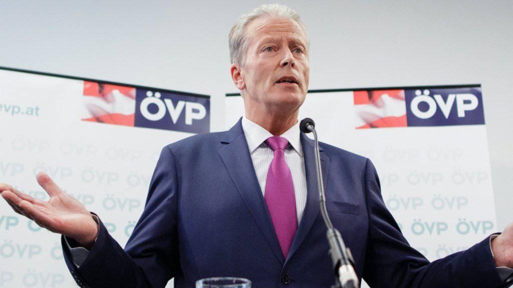«Ich finde, es ist genug», sagte Österreichs Vizekanzler Reinhold Mitterlehner vor den Medien. Er kündigte am Mittwoch den Rücktritt von allen Ämtern an.