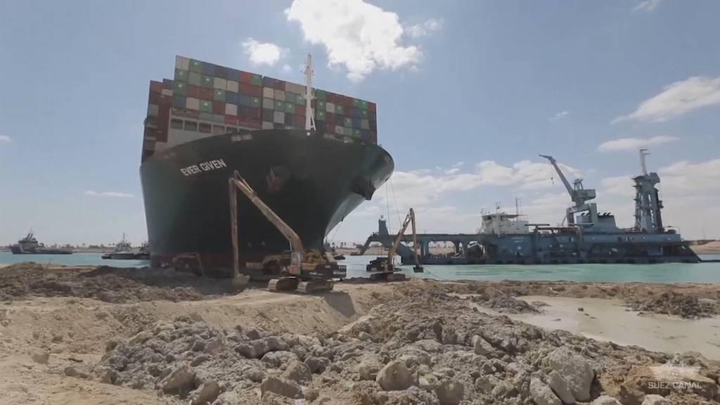 Suezkanal: Der Bug der «Ever Given» steckt noch im Kanal fest